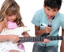 děti hrají a zpívají